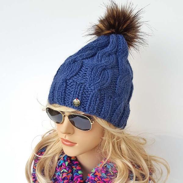 ciemnoniebieska czapka wełniana w warkocze