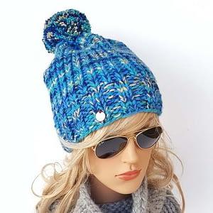 niebiesko-turkusowa czapka
