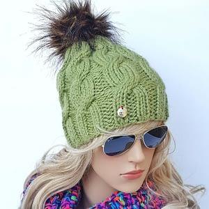 zielona czapka wełniana w warkocze
