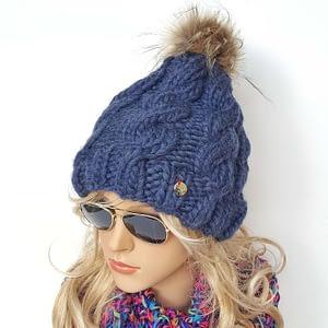niebieska gruba czapka wełniana w warkocze