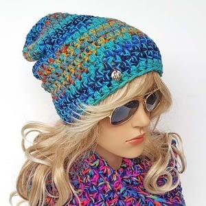 Turkusowa czapka szydełkowa