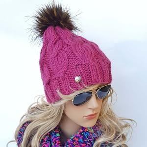 różowa czapka wełniana w warkocze
