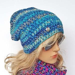 Niebiesko-turkusowa czapka szydełkowa