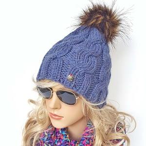 niebieska czapka wełniana w warkocze