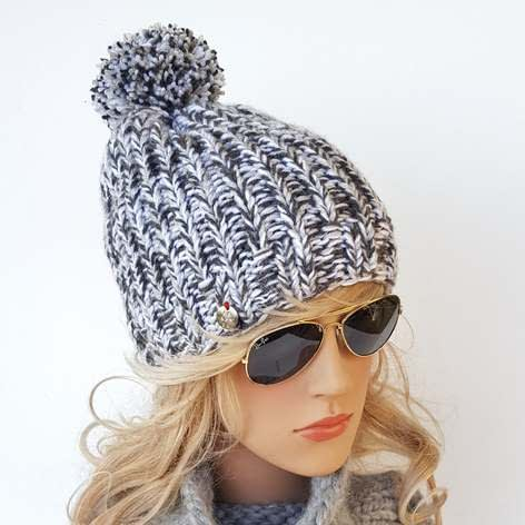 białoszara czapka