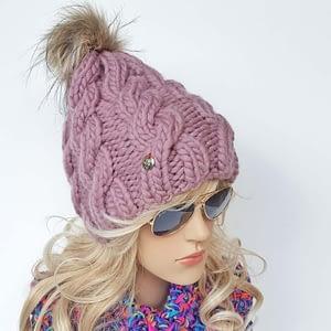 różowa gruba czapka wełniana w warkocze