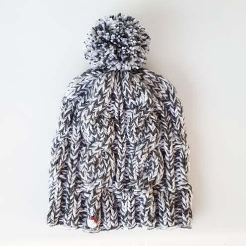 białoszara czapka w warkocze