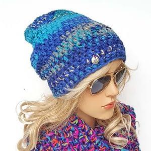 Turkusowo-niebieska czapka szydełkowa