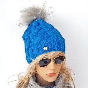 błękitna czapka wełniana w warkocze