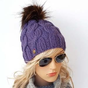 fioletowa czapka wełniana w warkocze